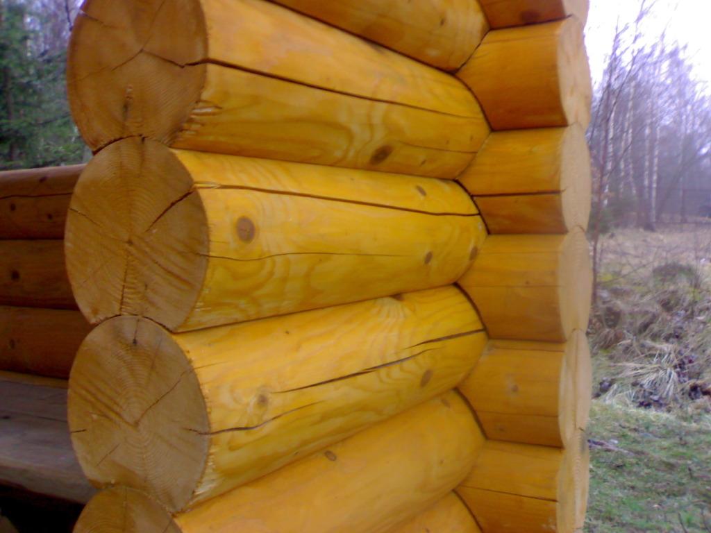 чем заделать щели и трещины в бревнах в деревянном доме