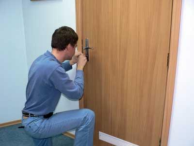 как вскрыть захлопнувшуюся дверь